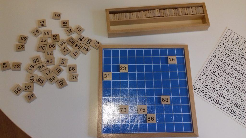 Tablero de 100 Montessori usado en personas mayores
